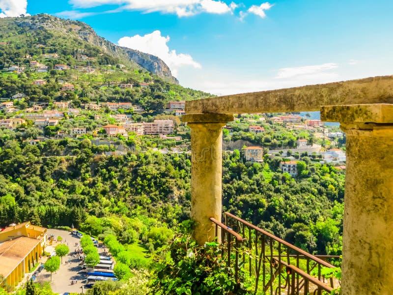 村庄在小山顶部 普罗旺斯,法国 免版税库存照片