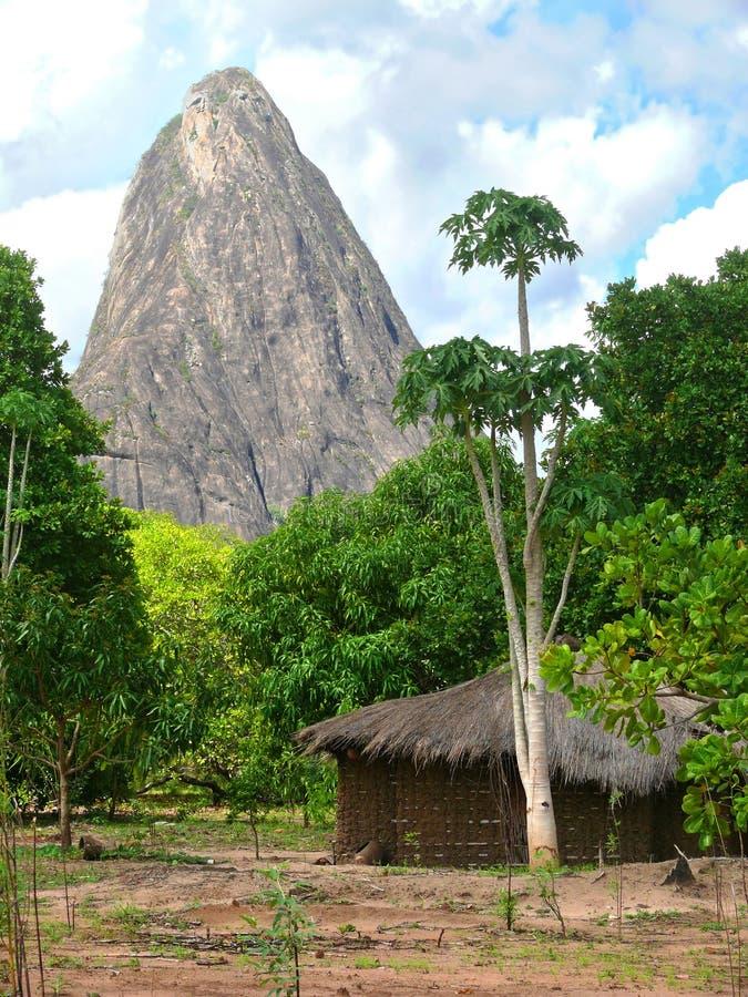 村庄在山。美妙地美好的风景。 免版税库存图片