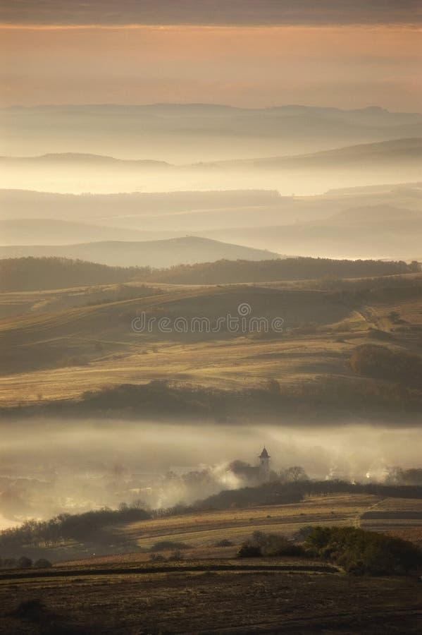 村庄在秋天早晨 免版税库存图片