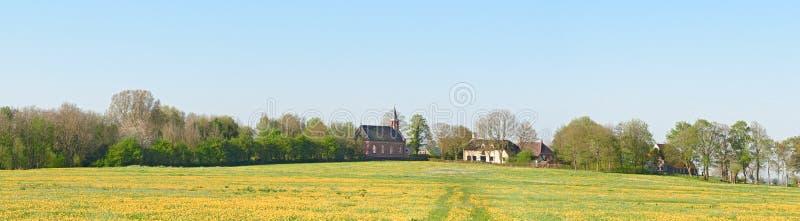 村庄在terp修造的Rottum -土墩的全景 库存照片