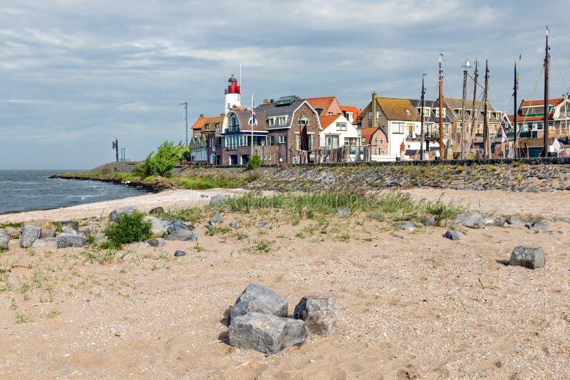 村庄场面Urk形式海滩,老荷兰渔村 免版税库存图片