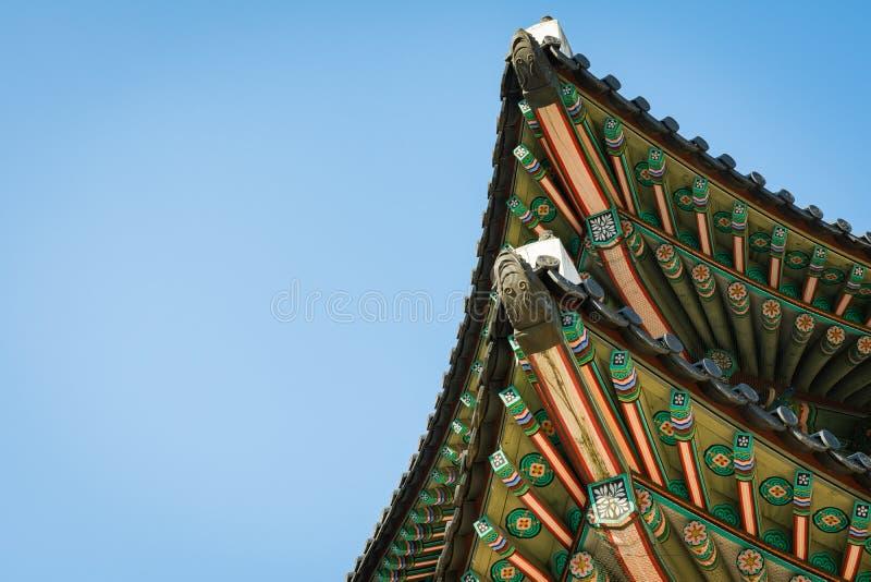 村庄房子传统韩国装饰屋顶在宫殿,汉城, 免版税库存照片