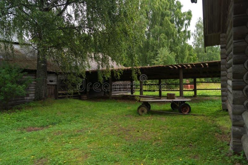 村庄房子的庭院 免版税库存图片