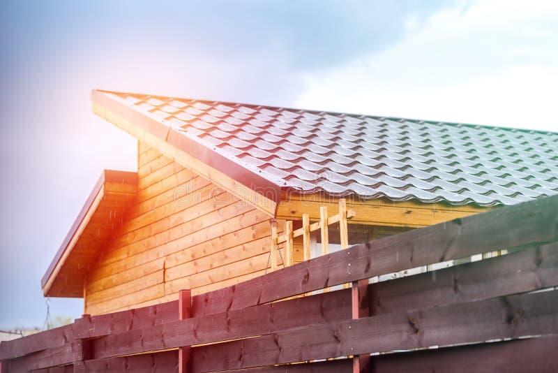 村庄房子的铺磁砖的屋顶由太阳af照亮 免版税库存照片