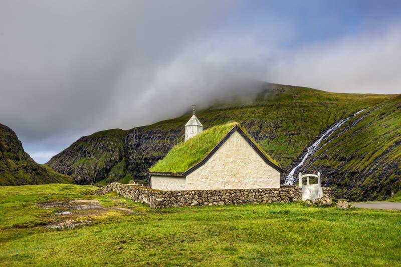 村庄教会在Saksun,法罗群岛,丹麦 免版税库存图片