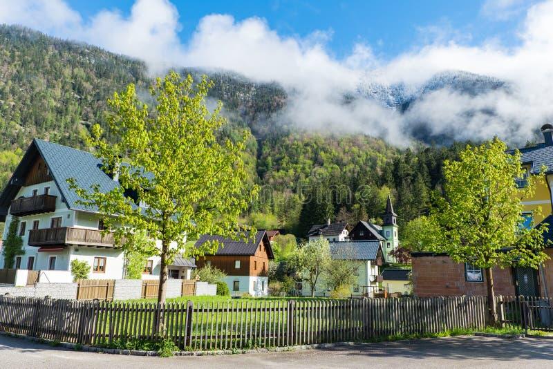 村庄有山阿尔卑斯峰顶背景 免版税库存照片