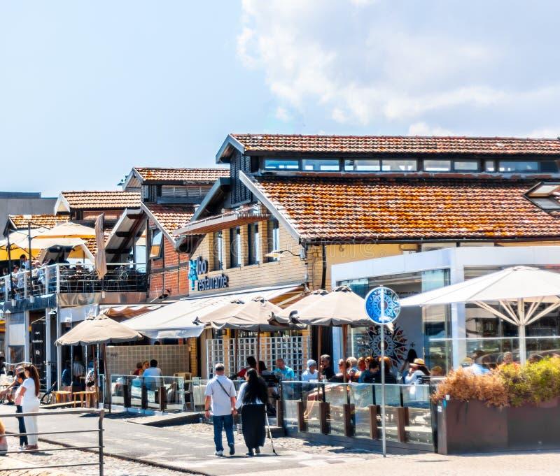 村庄样式餐馆在里斯本葡萄牙 库存图片