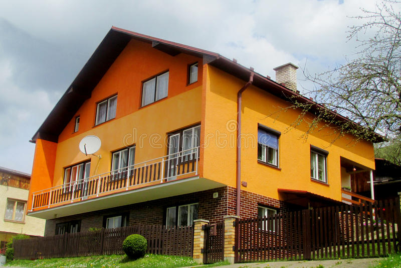 村庄橙色现代房子 库存图片