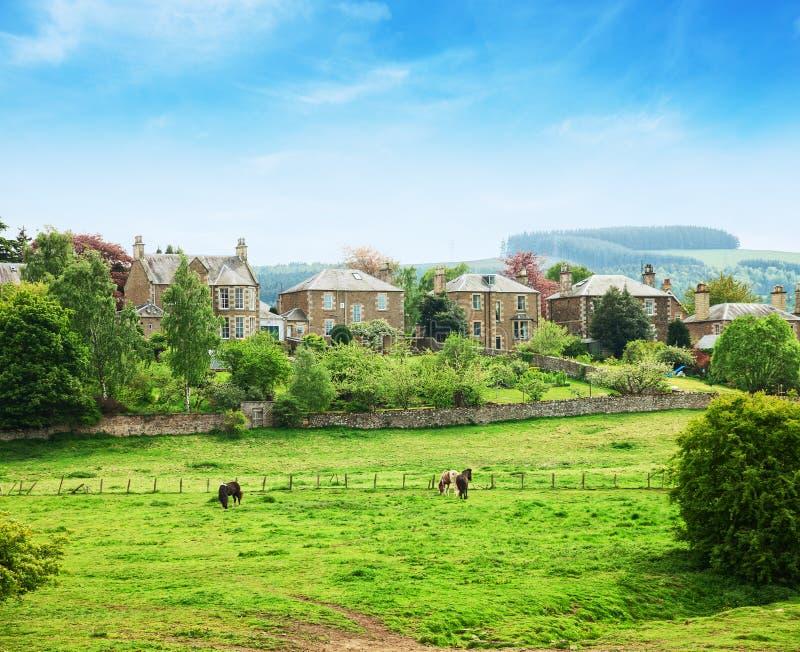 村庄的看法在玫瑰花小镇的郊区在苏格兰边区,苏格兰,英国 库存图片