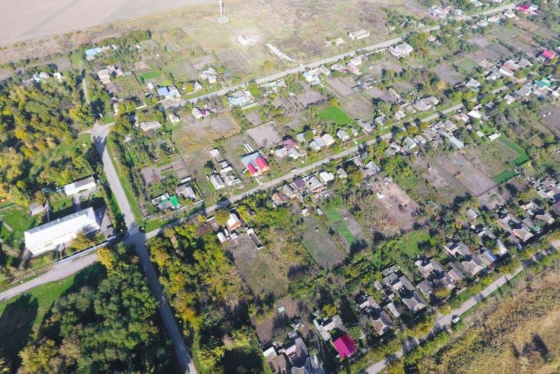 村庄的顶视图 一能看到房子和庭院的屋顶 路在村庄 村庄概略的视图 库存图片