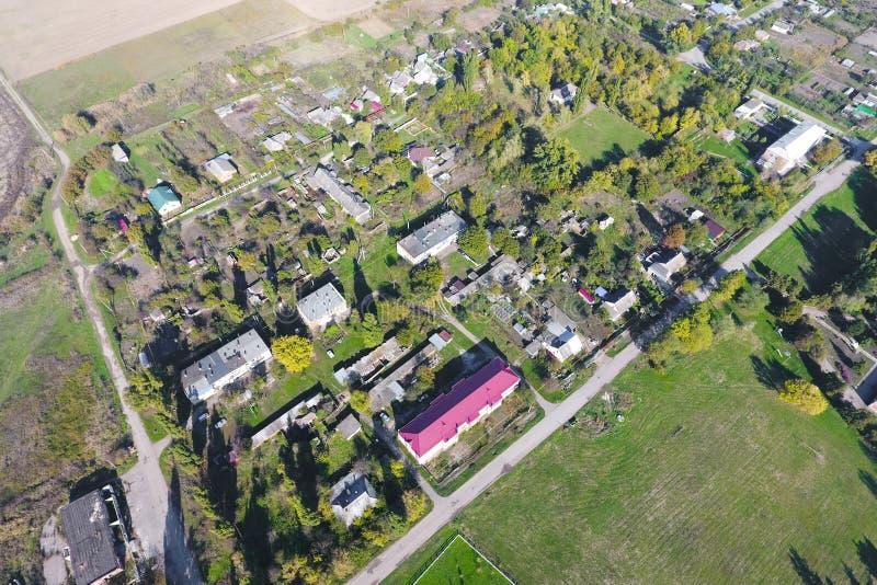村庄的顶视图 一能看到房子和庭院的屋顶 路在村庄 村庄概略的视图 免版税库存照片