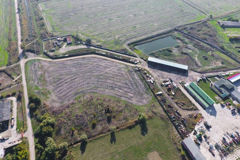 村庄的顶视图 一能看到房子和庭院的屋顶 路在村庄 村庄概略的视图 库存照片