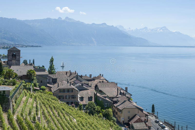 村庄的高角度拍摄湖和moutains 库存照片