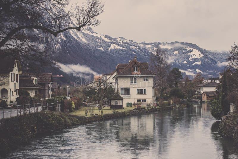 村庄看法有运河和山脉背景 库存图片