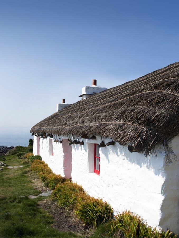 村庄老屋顶盖了传统白色 库存照片