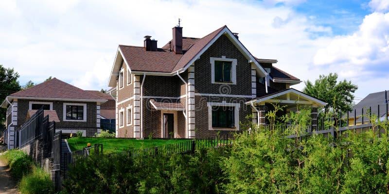 村庄解决 E 美好的村庄绿色在庭院里 免版税库存照片