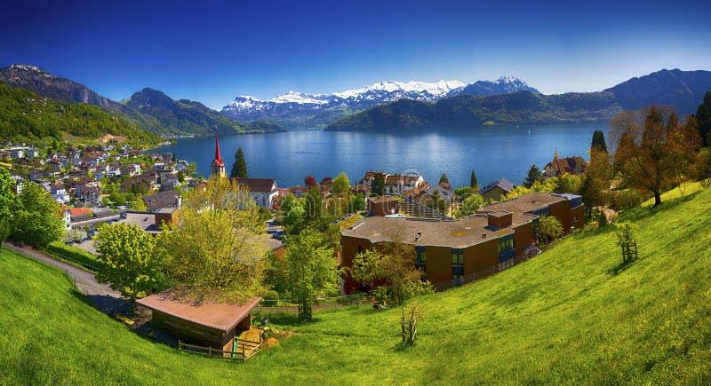 村庄韦吉斯,湖卢赛恩, Pilatus山和瑞士人阿尔卑斯在背景中在卢赛恩市附近 免版税库存图片