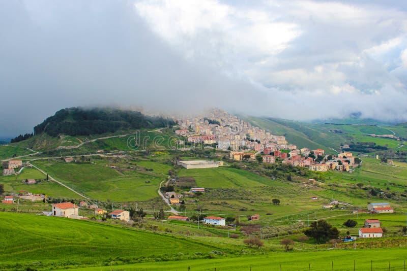 村庄Gangi令人惊讶的看法在西西里岛,意大利在有雾的天气拍摄了 历史城市在上面位于 免版税库存照片
