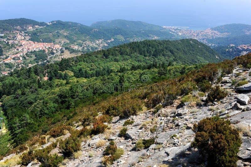 村庄Marciana的鸟瞰图厄尔巴岛的,意大利 免版税库存图片