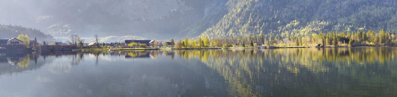 村庄Obertraun的反射在Hallstatt湖 免版税库存图片