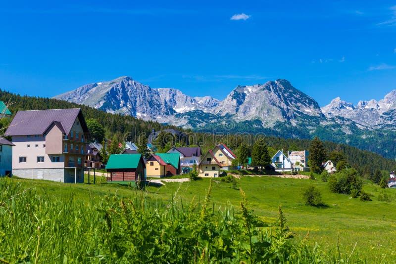 村庄Zabljak在杜米托尔国家公园-黑山-旅行背景 免版税库存照片