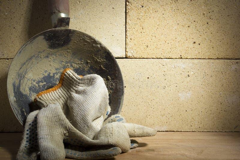 杓子灰浆和耐火砖 免版税库存照片