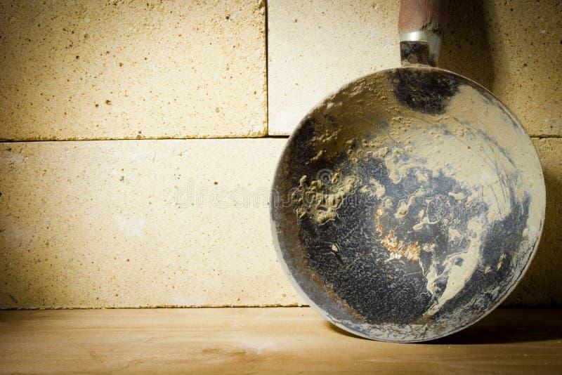 杓子灰浆和耐火砖 免版税库存图片