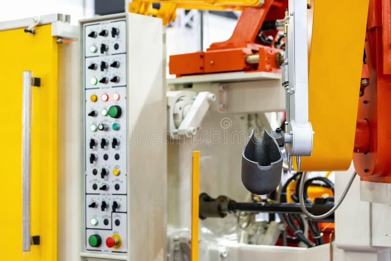 杓子的关闭和高压铝的机械臂死塑象机器和其他细节例如控制板等为 免版税图库摄影
