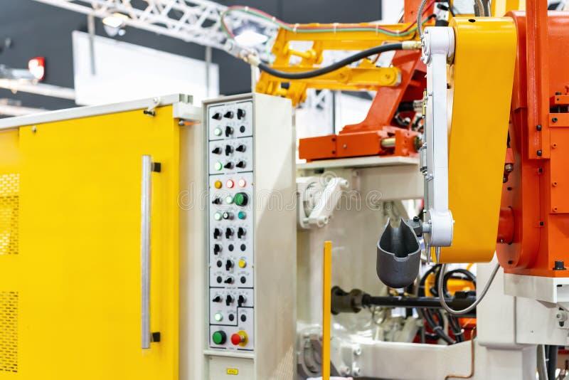 杓子的关闭和高压铝的机械臂死塑象机器和其他细节汽车或车零件的等 图库摄影