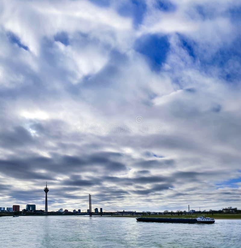 杜塞尔多夫在媒介港口的地平线视图在与渡轮的夏天 免版税库存图片