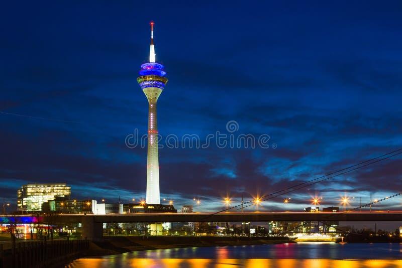 杜塞尔多夫夜场面包括媒介塔和桥梁在莱茵河 库存照片