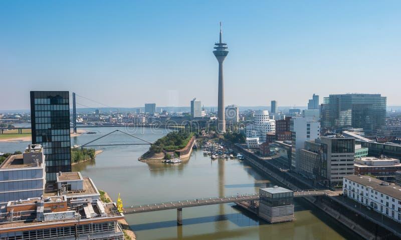杜塞尔多夫有Rheinturm塔的媒介港口Medienhafen 免版税库存照片