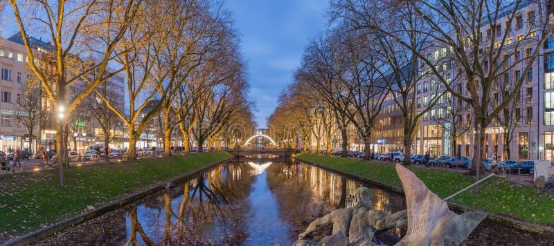 杜塞尔多夫,德国- 2017年11月28日:著名Koenigsallee风景蓝色小时全景  免版税图库摄影