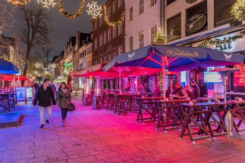 杜塞尔多夫,德国- 2017年11月28日:Unidentifeied pedestrants居住于一间著名客栈的被阐明的室外啤酒立场我 库存图片