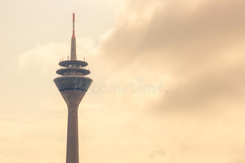 杜塞尔多夫 德国-08 07 2017年 对从媒介港口的莱茵河和Rheinturm电视的看法塔 免版税图库摄影
