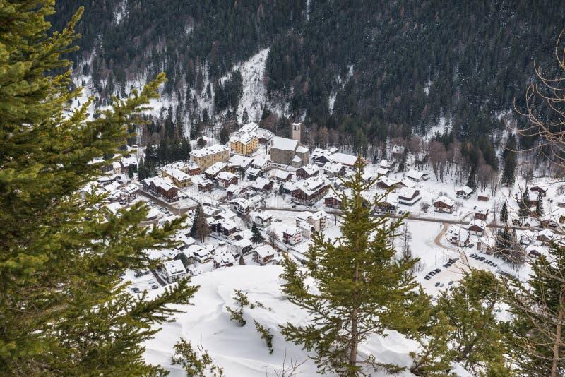 杜富尔峰的脚的高山村庄 马库尼亚加斯塔法岛- Pecetto,山麓,意大利 库存图片