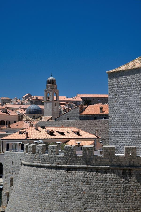 杜布罗夫尼克、克罗地亚、老港口墙壁和城市屋顶 免版税图库摄影
