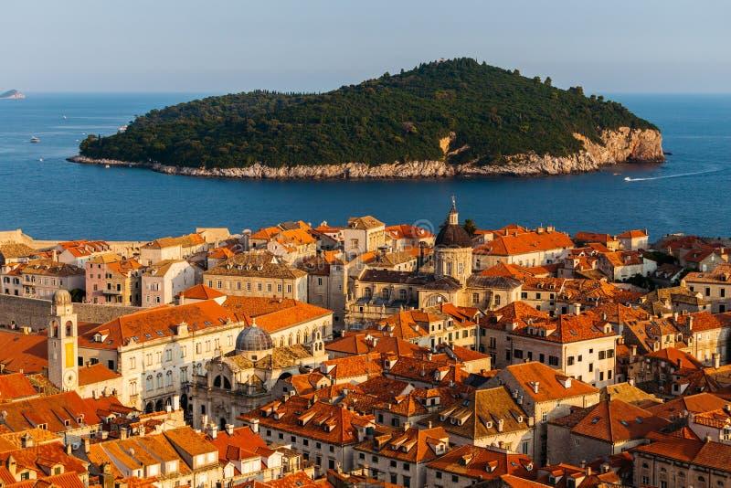 杜布罗夫尼克市,克罗地亚全景 镇和Lokrum海岛的老部分在海 免版税库存图片