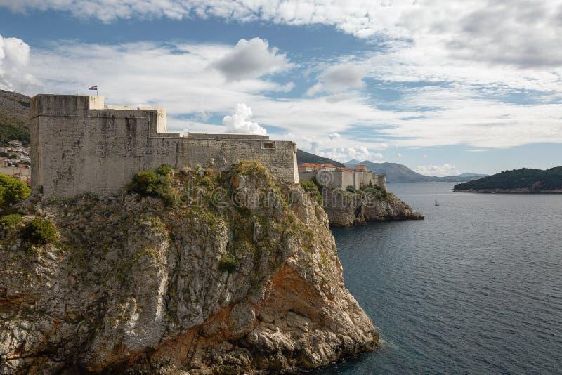杜布罗夫尼克,克罗地亚峭壁边缘的古老堡垒保护 免版税库存图片