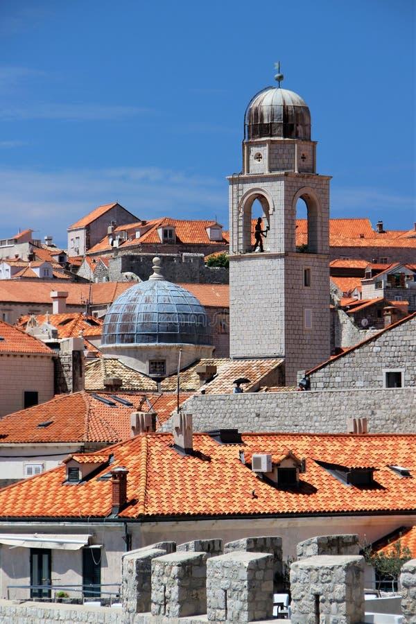 杜布罗夫尼克,克罗地亚,2015年6月 老城市的铺磁砖的屋顶 大教堂的钟楼的看法 免版税库存图片
