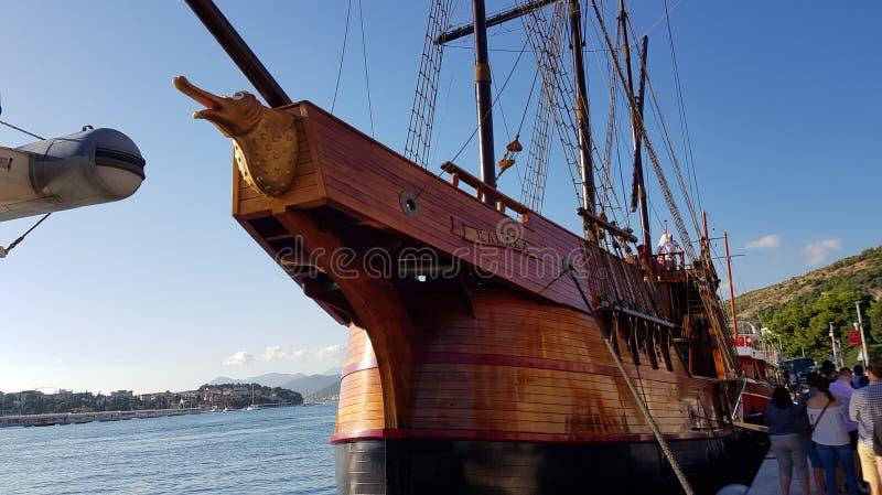 杜布罗夫尼克,克罗地亚- 2017年8月15日:如用于进站对口岸的王位比赛的Karaka小船作为王位一部分比赛  免版税库存图片