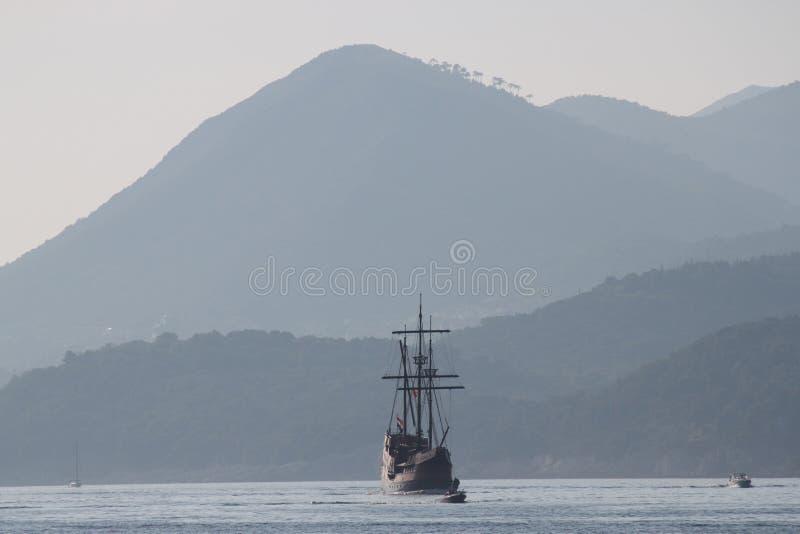 杜布罗夫尼克,克罗地亚(海盗小船&山) 免版税图库摄影