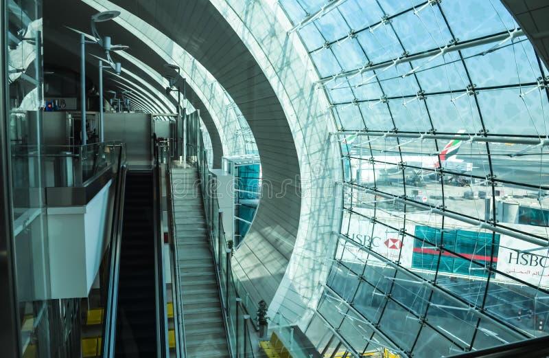 杜拜机场,阿拉伯联合酋长国- 2013年10月12日:迪拜国际机场内部 免版税库存图片