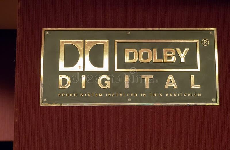 杜比数字式商标在电影院外面 免版税图库摄影