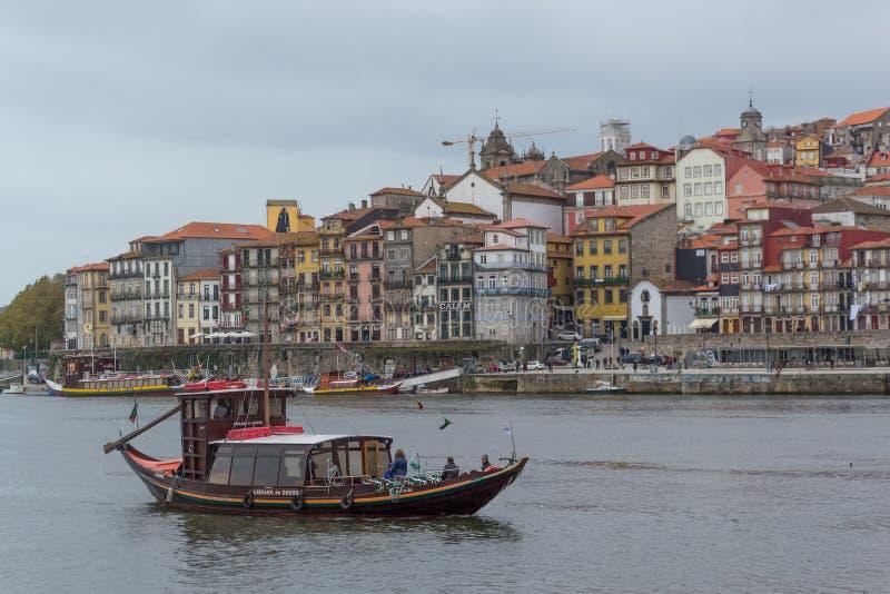 杜罗河河和传统小船在波尔图,葡萄牙 免版税库存照片