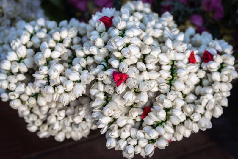束与燎红色花的白花在细节的中心 免版税图库摄影
