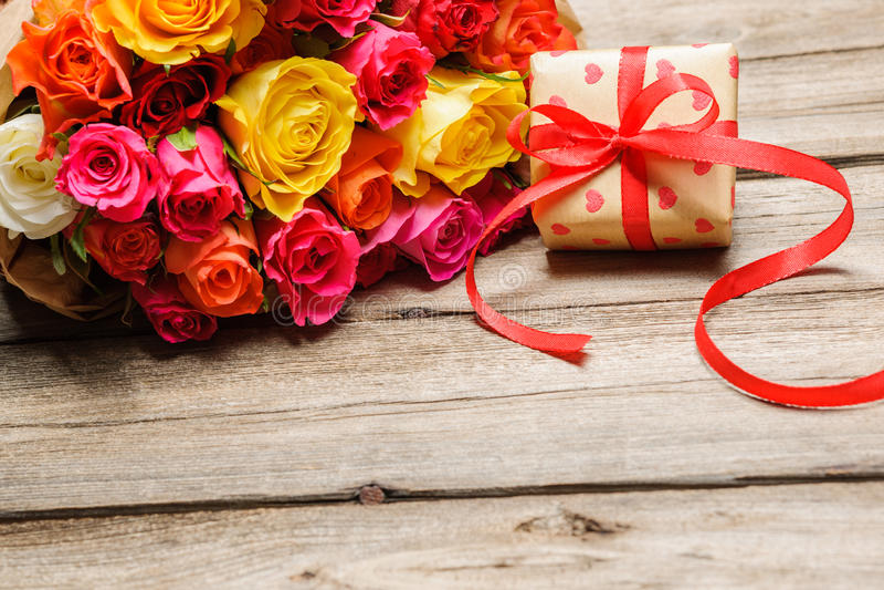 束与礼物盒的玫瑰 免版税库存图片
