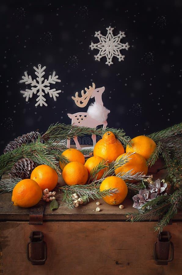 束在一个老木箱的橙色桔子 库存图片