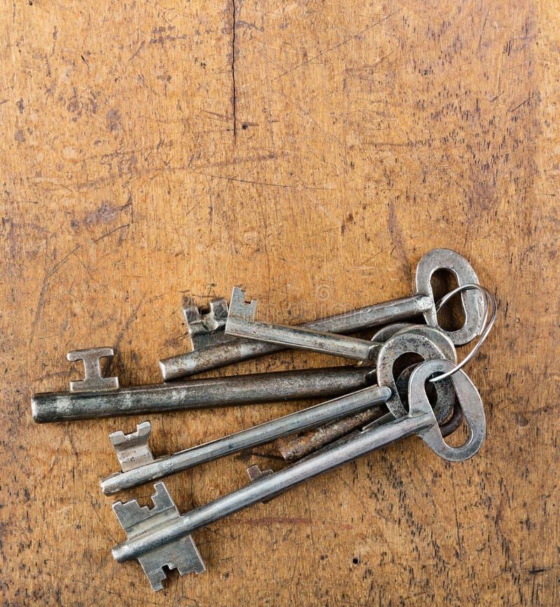 束在木桌上的大古色古香的钥匙 库存图片