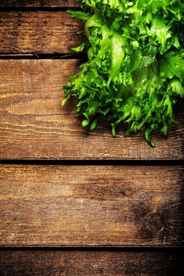 束在木背景的健身沙拉 节食食物并且愈合 免版税库存图片